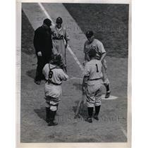 1943 Press Photo Jim Tobin Pitcher Tommy Holmes Boston Red Sox Gus Mancuso