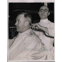 1938 Press Photo Chicago Cubs Gabby Hartnett Getting Haircut