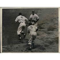 1945 Press Photo New York Yankees Center Fielder Johnny Lindell & Dick Siebert