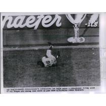 1956 Press Photo Pittsburgh Pirates Left Fielder Lee Walls Diving For Catch