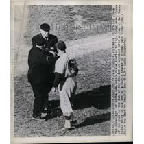 1948 Press Photo Ted Lyons, Manager, gets separated from Umpire Red Jones