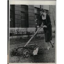 1932 Press Photo Mowing Lawn at Swift & Company Chicago - nea23689