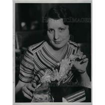 1934 Press Photo Gene Comyns Examines Weird Gold Formation