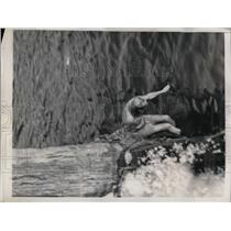 1938 Press Photo Paul Hurah Takes Daily Dip in Ice-Cold Water off NY's Pier A