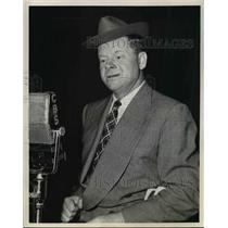 """1945 Press Photo Elmer Blurt on the radio show """"The Rexall Hollywood Review"""""""
