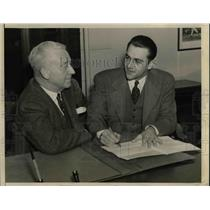 1941 Press Photo Lou Boudreau Shortstop Indians Signs Contract To Manage Team