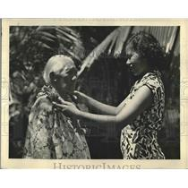 1937 Press Photo Mrs. Kaluna Hoilli Hawii's Oldest lei Seller decorated by her