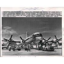 1958 Press Photo FBI Agents unload United Flight 725 after bomb threat