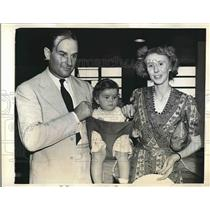 1941 Press Photo RAF Flyer Henry Hogan With His Family - nea68961
