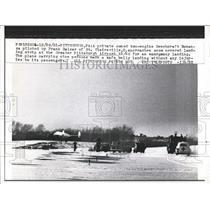 1961 Press Photo Pittsburgh, Pa. a plane makes emergency landing on snow