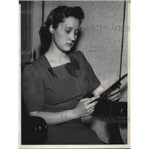 1939 Press Photo Chicago, Ill Letitia Lentz waits for word of aviator C Backman