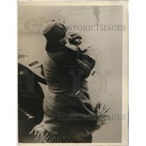 1928 Press Photo Mrs. Patrick Maconachie Unable to Leave Plane Due to Sick Child
