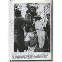 1967 Press Photo Arab refugees Allenby Bridge Jordan - RRT82369