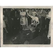 1939 Press Photo Fred Fisher in winning car - RRT72033