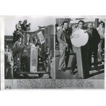 1946 Press Photo Hollywood Movie Strikes Mirror War