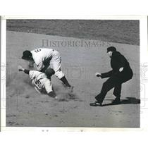 1942 Press Photo Athletics' Elmer Valo out stealing 2nd vs Yankees Joe Gordon