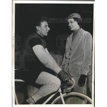 1932 Press Photo Cyclist Frank Testa Talks with Paramount Actress Gail Patrick