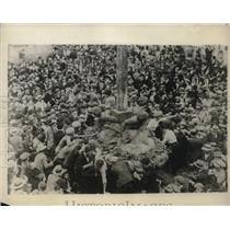 1925 Press Photo Mariah, Italy citizens at Grape festival fountain