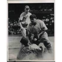 1945 Press Photo Phillie catcher Gus Mancuso vs Cubs Leonard Merullo safe