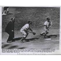 1952 Press Photo As Bob Shantz vs Nationals Clyde Klutz, ump Ed Rommell