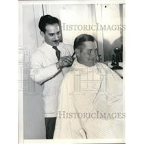 1936 Press Photo Giant's 1st Baseman Sam Leslie Getting Haircut by Nick Cardilli