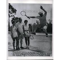 "1950 Press Photo ""Pee Wee"" Reese, Dodger shortstop & wife & Mr & Mrs R Walker"