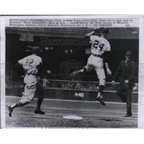1963 Press Photo Detroit Tigers First baseman Frank Kostro Senators Chuck Hinton