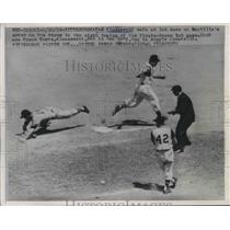 1958 Press Photo Pirates Ted Kluszewski safe at first base against the Braves.