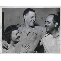 1951 Press Photo Phillies new shortstop Ted Kazanski & his parents - nes01793