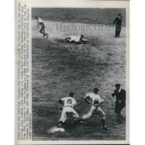 1949 Press Photo Sam Chapman out at 1st, Tommy Henrich makes putout - nes01407