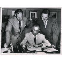 1954 Press Photo Bucky Harris Manager Detroit Tigers Signs Contract MLB Baseball