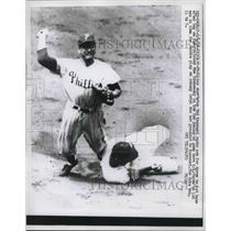1958 Press Photo Phillies shortstop Ted Kazanski throws to first in game vs Cubs