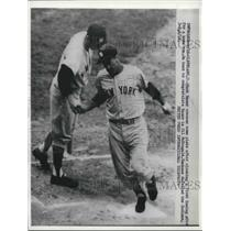 1958 Press Photo Hank Bauer of Yankees Crosses Plate on Home Run, Gil McDougald