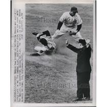 1950 Press Photo Boston Braves Sam Jethroe in 7th Innings & Umpire Art Gore