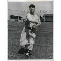 1943 Press Photo Earl Jennings Working Out with Washington Senators - nes01513