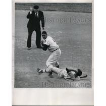 1950 Press Photo White Sox Chico Carrasquei out at 2nd by Indians Joe Gordon