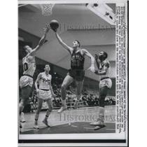 1963 Press Photo Gene Shue of the Detroit Pistons in Game With Jack Moreland