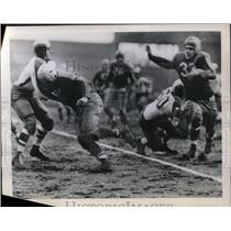 1945 Press Photo Ned Matthews of Boston Yankees against Philadelphia Eagles.