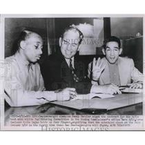 1951 Press Photo Featherweight Champ Sandy Saddler sign contract for his title.