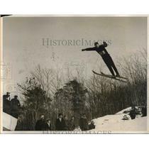 1931 Press Photo Ole Hagge Of Univ. Of Minn. Takes Flight During Ski Tournament