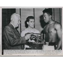 1951 Press Photo N.Y. Boxing Commission Leo F.Swears checks scales of two boxer.