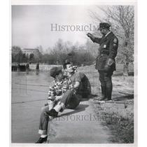 1952 Press Photo DC Police Private Charles Williams Tells Boys To Move Fishing