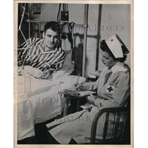 1949 Press Photo Red Cross Volunteers Perform Tasks for Hospitalized Veterans