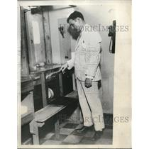 1933 Press Photo Mortimer Mahony Jr. in charge of the Machine in Hialah Park.