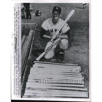 1952 Press Photo Don Mueller Outfielder New York Giants Picks Out Bats MLB