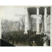 1927 Press Photo Crowds storm the White House for glimpse of aviators