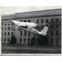 1961 Press Photo A fixed wing plane lands at the Pentagon heliport
