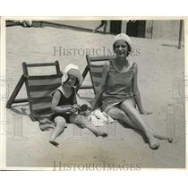 1931 Press Photo Mrs. John A. Warner with Daughter at Southampton Beach