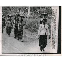 1953 Press Photo Balinese women wearing above waist covering, carrying offerings