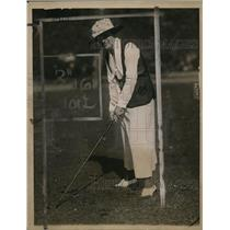 1919 Press Photo Gertrude Myle playing golf